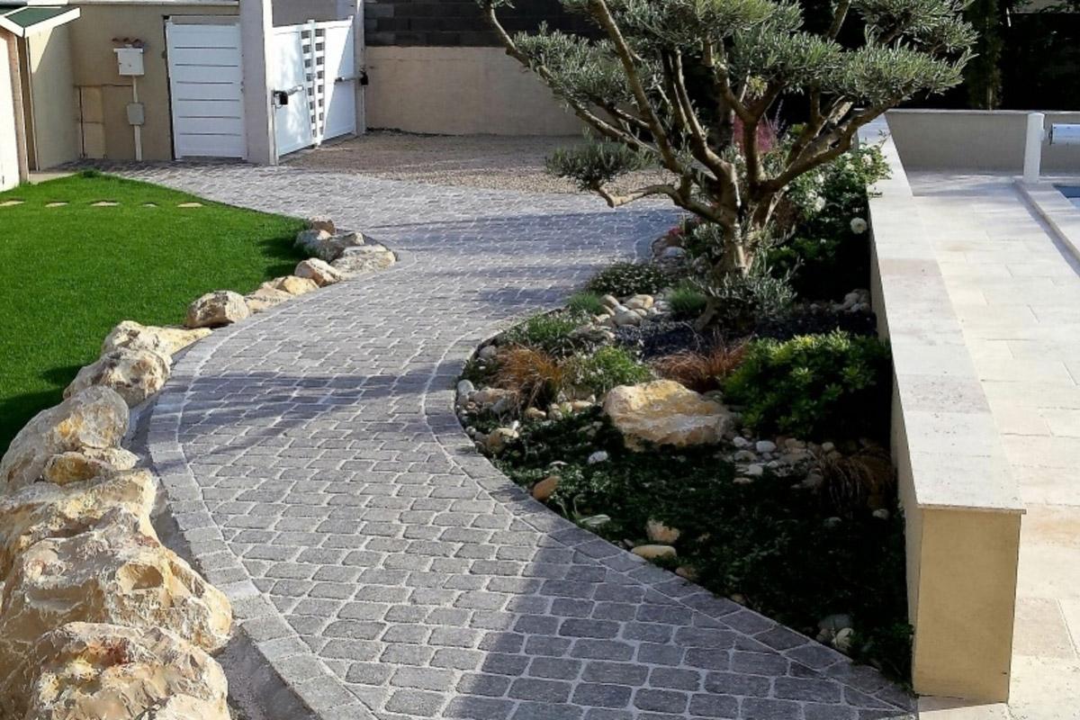 Camino de jard n con adoquines daniel moquet - Pavimentos para jardin ...