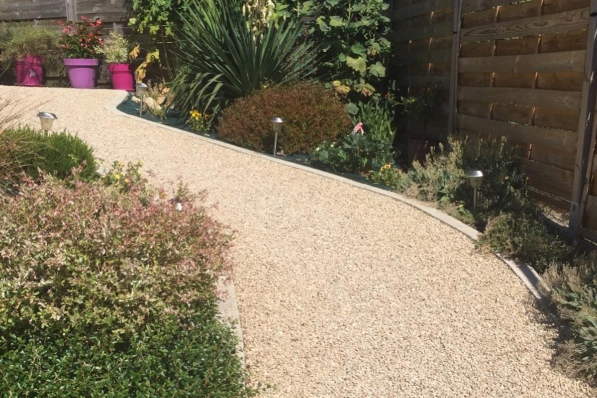 Camino de jard n con emulsi n de grava compactada daniel for Jardines pequenos con grava