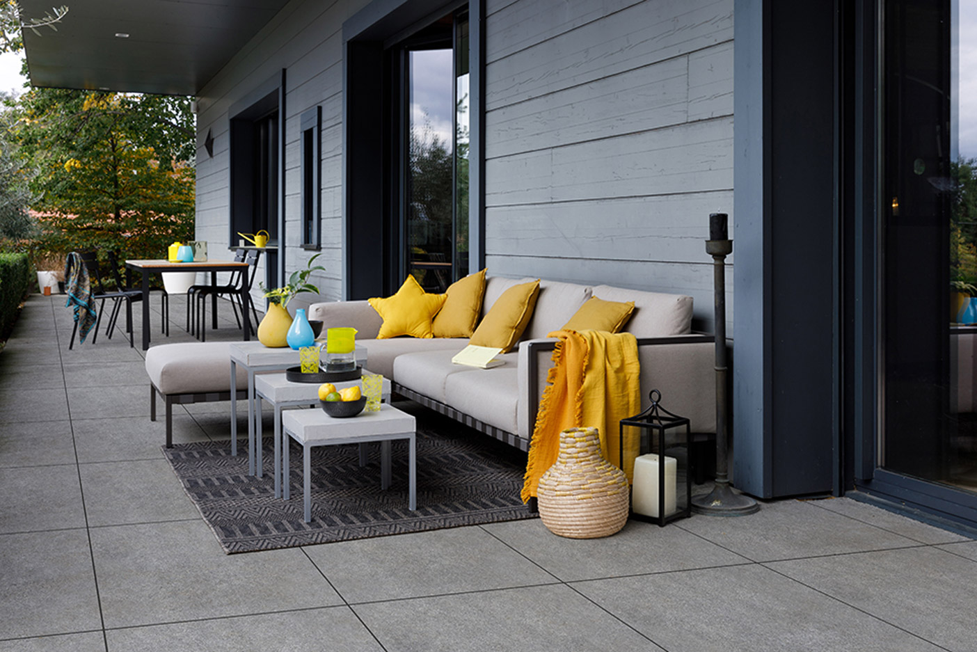 Terraza con baldosas de gres porcel nico daniel moquet - Baldosas para terrazas ...